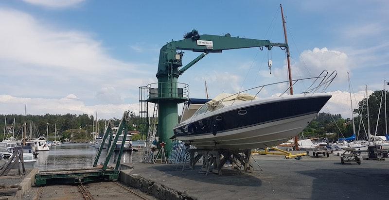 Rett ned mot sjøen er Yachtverftet fortsatt i full drift.