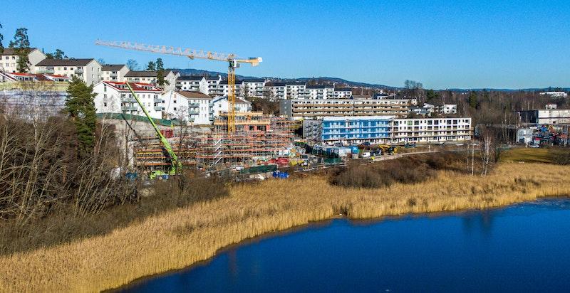 Foto av byggeplass februar 2020. Bygg A ligger lengst til venstre i bildet - bygg D helt til høyre.