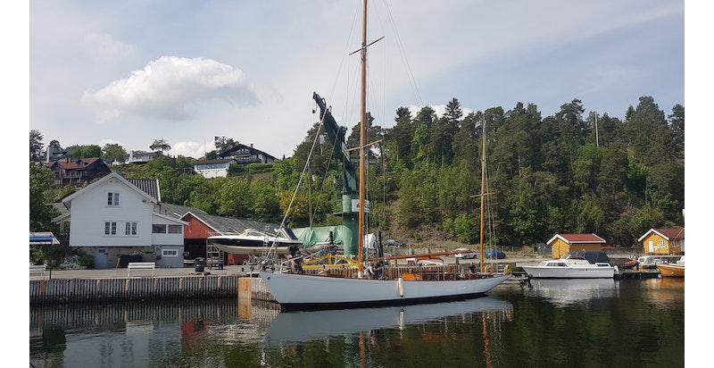 Ved verftet har de vedlikehold av noen av fjordens vakreste båter.