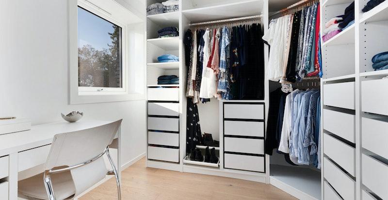 Kontor og garderobe. Direkte adkomst fra hovedsoverommet