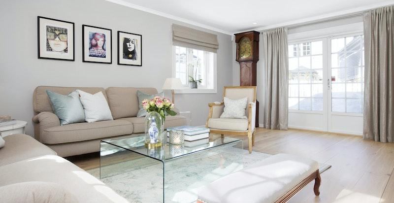 Stue med utgang til terrasseplatting og hage