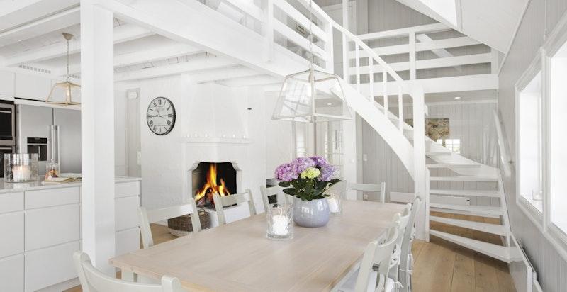 Spisestue med trapp opp til andre etasje