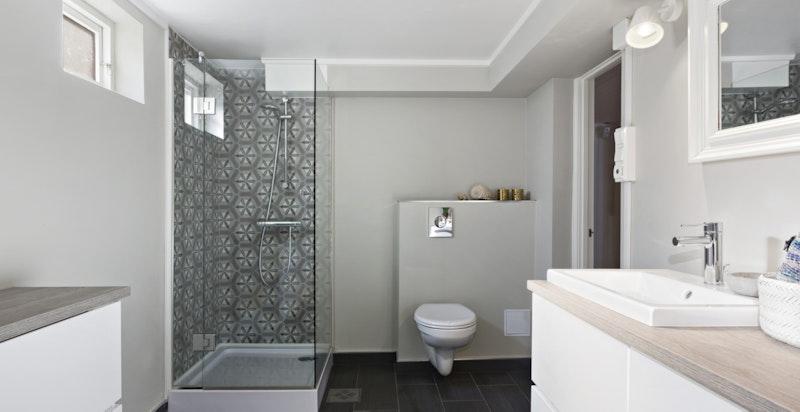 Kombinert bad og vaskerom i kjelleretasjen