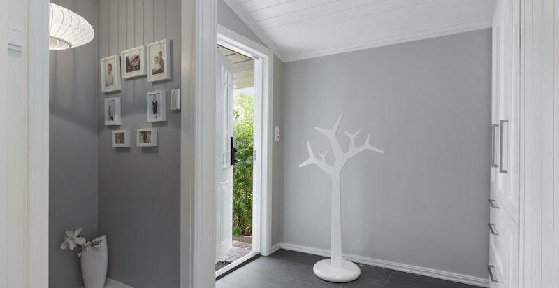 Hall med garderobeskap og trapp til kjeller