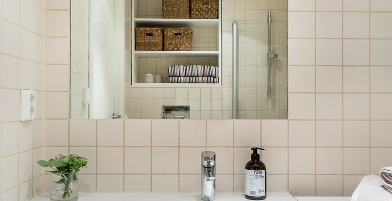 Badet inneholder dusjhjørne, servant, vegghengt wc, samt opplegg til vaskemaskin/tørketrommel