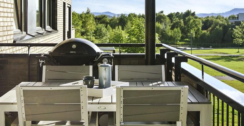 Sommerbilde fra balkongen på 13 kvm med hyggelig utsyn og lite innsyn fra naboer.
