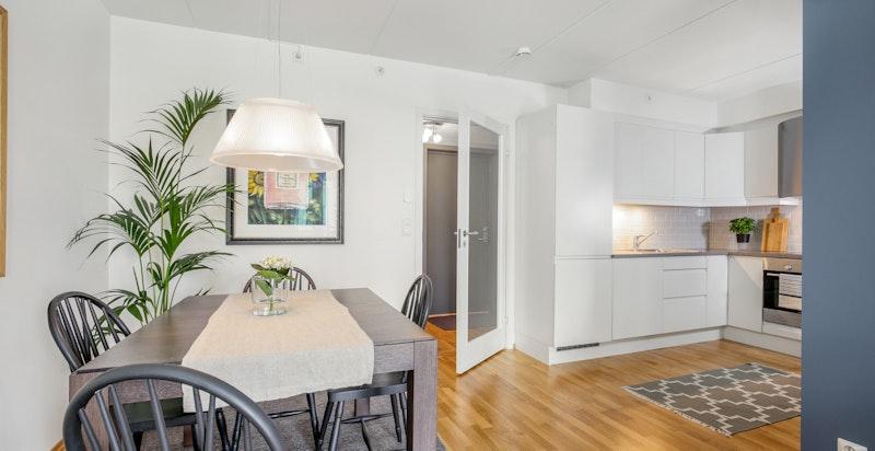 Kjøkken med delvis åpen løsning mot stuen.