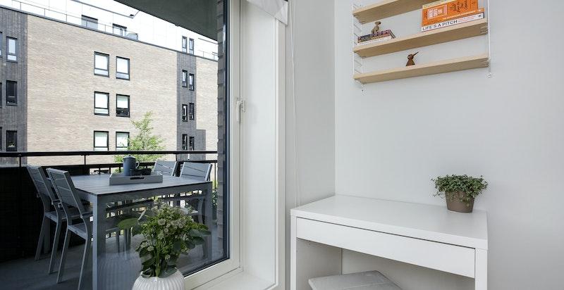 Soverommet har plass til kontorpult.