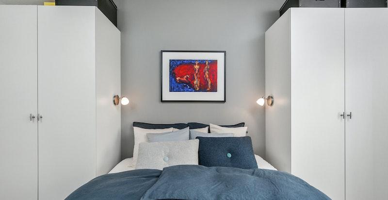 Soverommet har rikelig med garderobeplass.