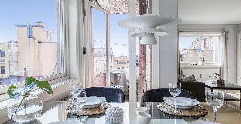 Stue med åpen kjøkkenløsning. Her er det plass til spisebord og sofahjørne.