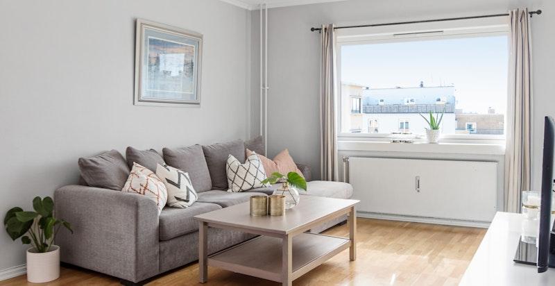 Store vindusflater, i kombinasjon med høy og fri beliggenhet i 8. etasje, gir mye lys til leiligheten.