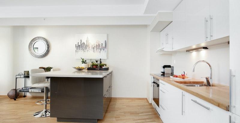 Kjøkkenøyen skaper et naturlig skille mot stuen.