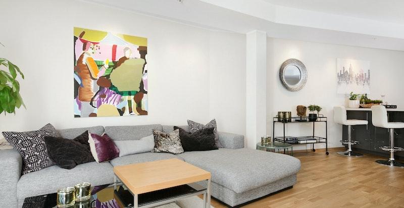 Lys og trivelig stue med plass til sofagruppe.