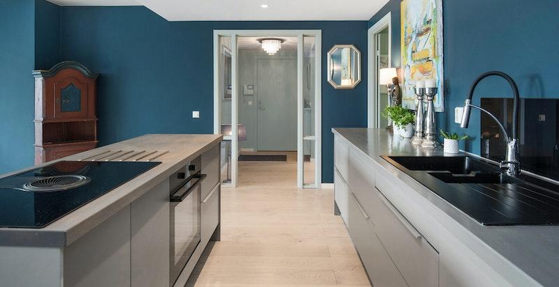 Lekkert moderne kjøkken med rikelig med benkeplass og gode lagringsmuligheter