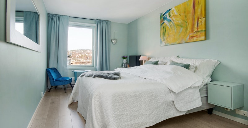 Soverom 1 med god plass for stor seng og garderobeskap