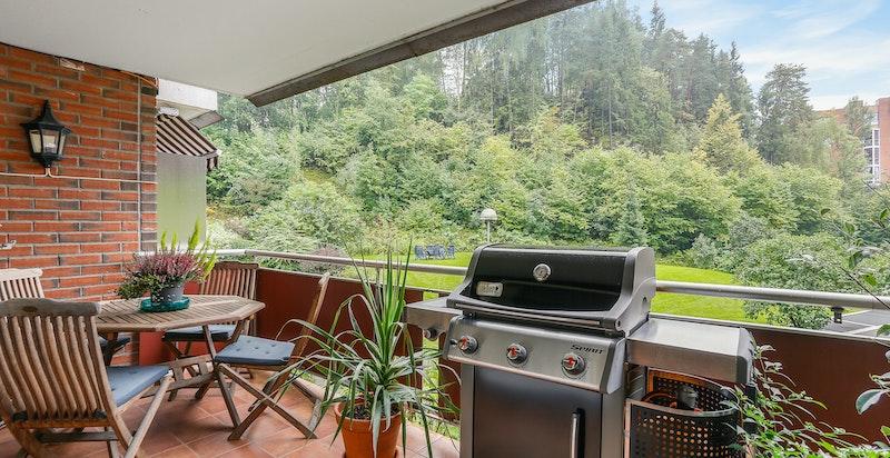 God plass til spisebord på balkongen