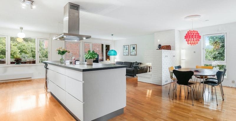 Endeleilighet med stor, lys stue med åpen kjøkkenløsning