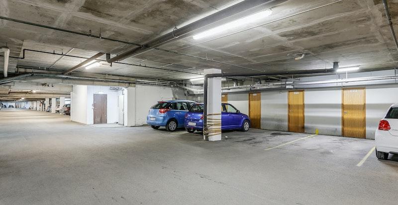 Garasjeplass i lukket anlegg. Bod foran plassen