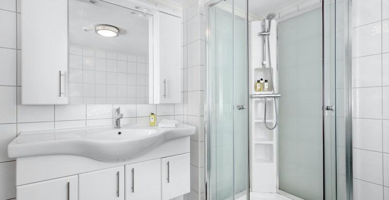 Moderne flislagt bad med varmekabler i gulv.