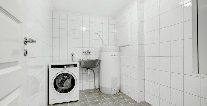 Stort og praktisk vaskerom med gode tørkemuligheter.