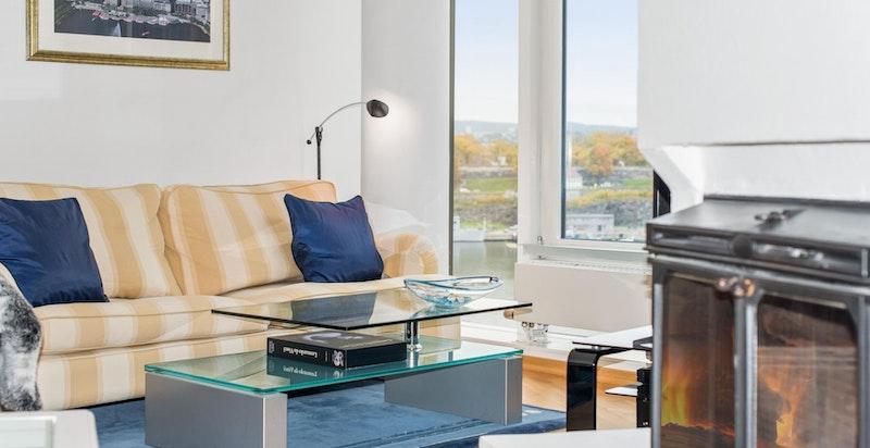 Hyggelig plass til sofa ved vindu mot fjorden