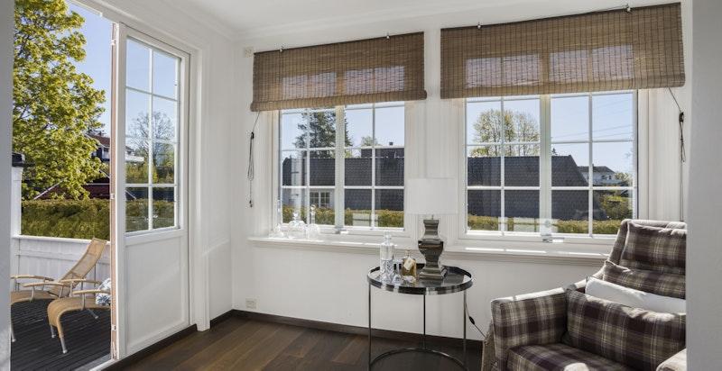 Innglasset veranda med dør og til terrasseområdet