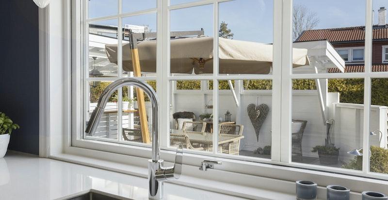 Hyggelig utsikt til terrasseområdet fra kjøkkenet