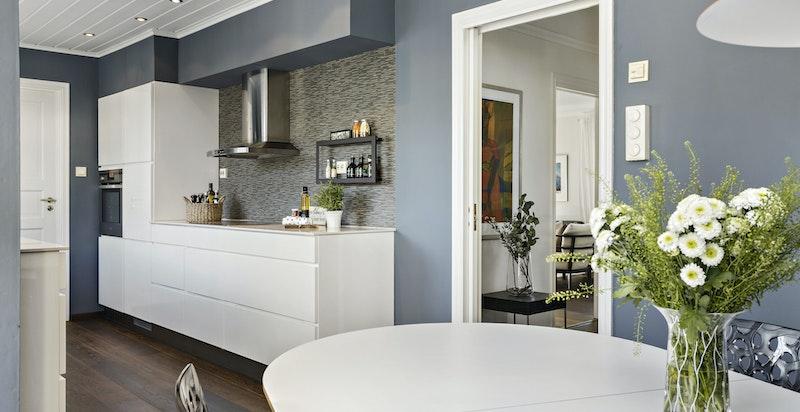 Samme lekre gulv på kjøkkenet som i resten av etasjen