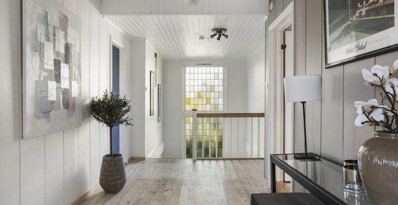 Hall i soveromsetasjen - det er 4 store soverom og 2 bad i denne etasjen