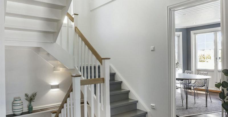 Fra hall er det trapp til kjelleretasjen -
