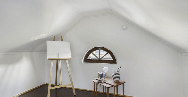 Loft med stigeadkomst, gulv, lys, vinduer i gavl - her fra et innredet rom på loftet