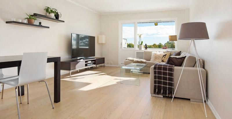 Stuen er romslig med plass til både sofa- og spisegruppe.