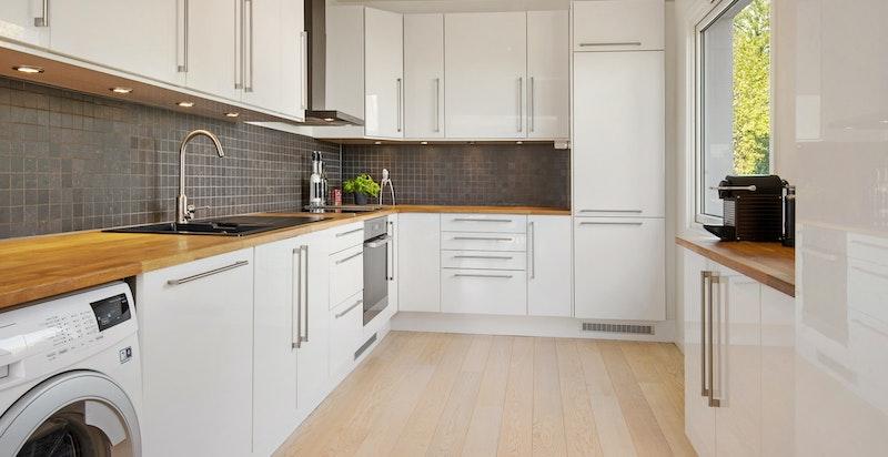 Kjøkkeninnredning fra Epoq/Elkjøp med hvite høyglans fronter.