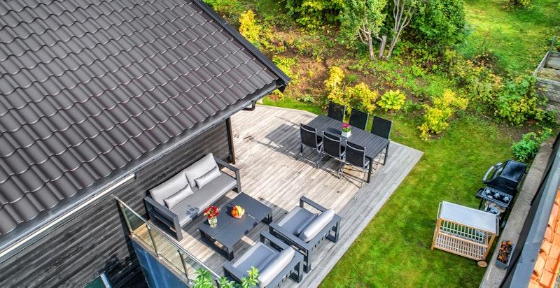 Terrasse, skjermet på baksiden av huset