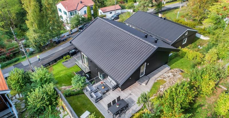 Dronefoto av terrasse på baksiden av huset