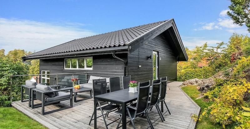 God plass til utemøbler på terrasse på baksiden