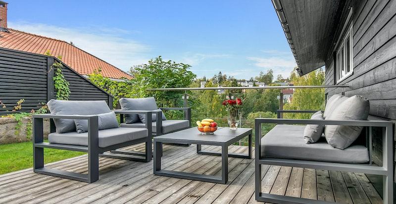 Terrasseplatting i tilknytning til flat og bruksvennlig hage