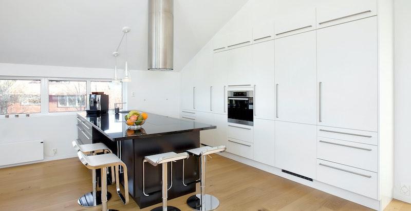 Huseby kjøkken i god kvalitet med glatte sorte og hvite fronter