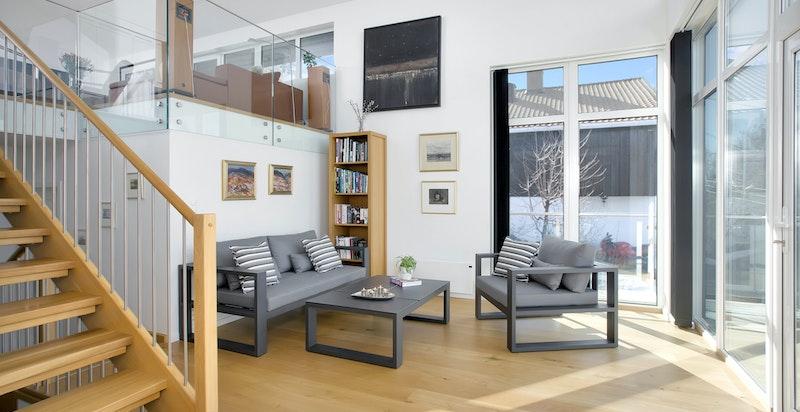 Stue med store vindusflater og godt lysinnslipp