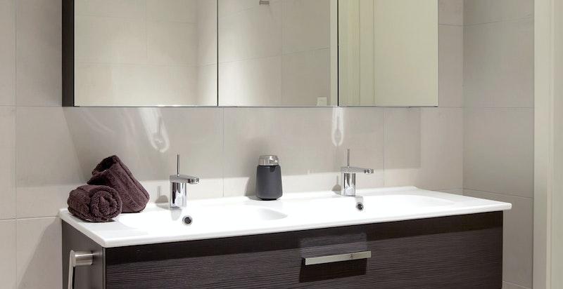 Lekker innredning med speil og lagringsplass