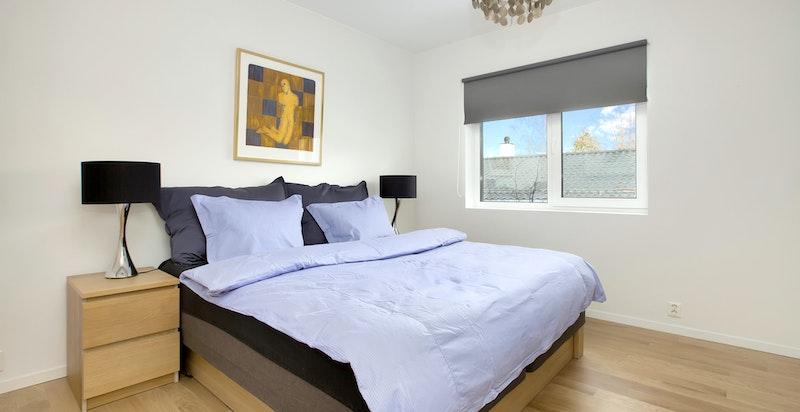 Hovedsoverom med god plass til dobbeltseng og nattbord