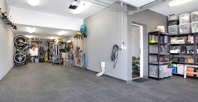 Stor garasje med god plass til lagring