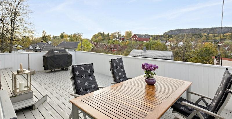 Særdeles solrik og usjenert terrasse