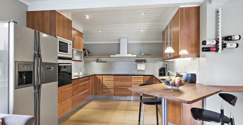 Godt med skap- og benkplass, vifte, dels integrerte hvitevarer samt plass til side-by-side kjøleskap