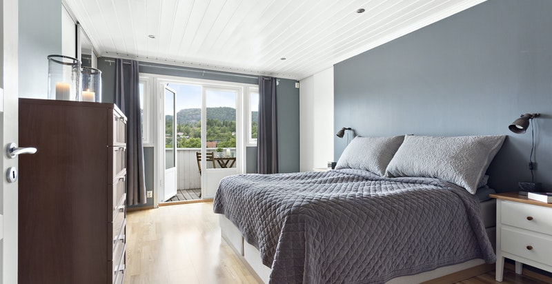 Soverom 2 med skyvedørsgarderobe og veranda