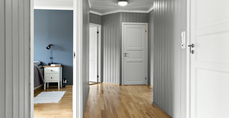 Adkomst til tre romslige soverom, kontor, bad, bod og loft i 2.etg.