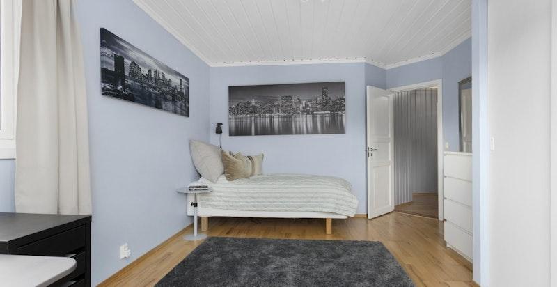 Alle soverommene har god plass til dobbeltseng og mer skap om ønskelig