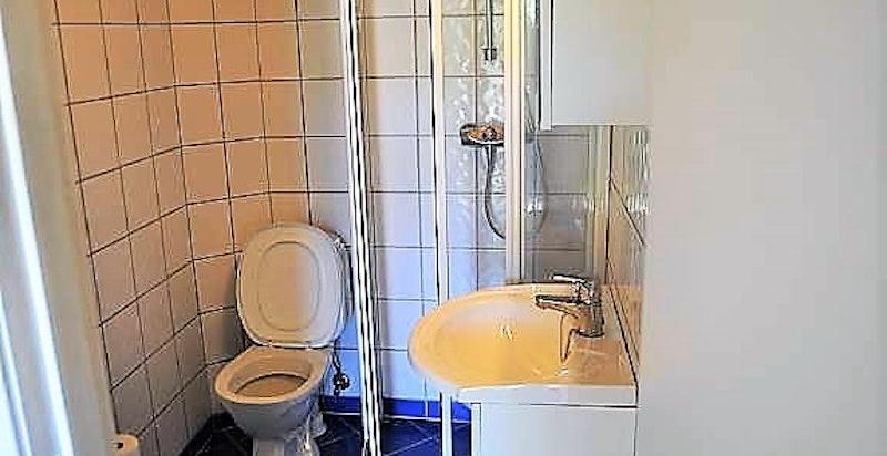 Dusjbad - det er lagt nye, grå fliser og varmekabler. Plass til smal vaskemaskin (leietaker har fått inn maskin av normal str).