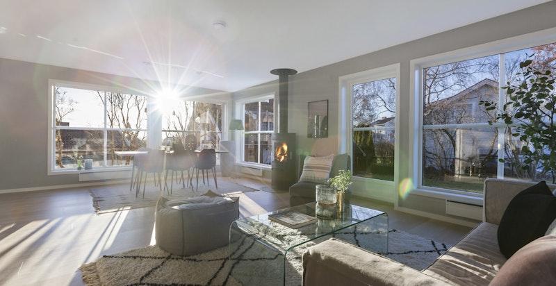 Store vinduer i stuen slipper inn rikelig med dagslys