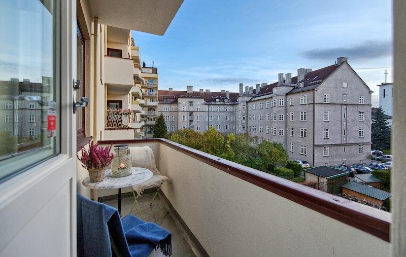 Solrik balkong som vender mot bakgård
